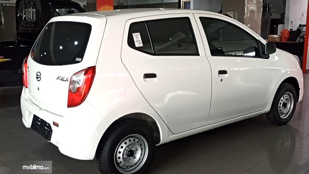 Gambar ini menunjukkan mobil Daihatsu Ayla 1.0 D MT tampak samping