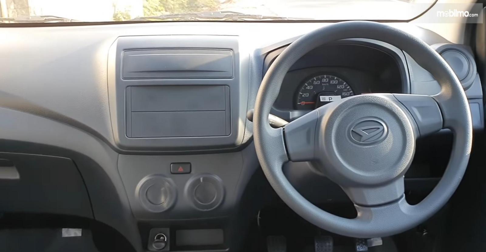 Gambar ini menunjukkan Dashboard dan kemudi mobil Daihatsu Ayla 1.0 D MT