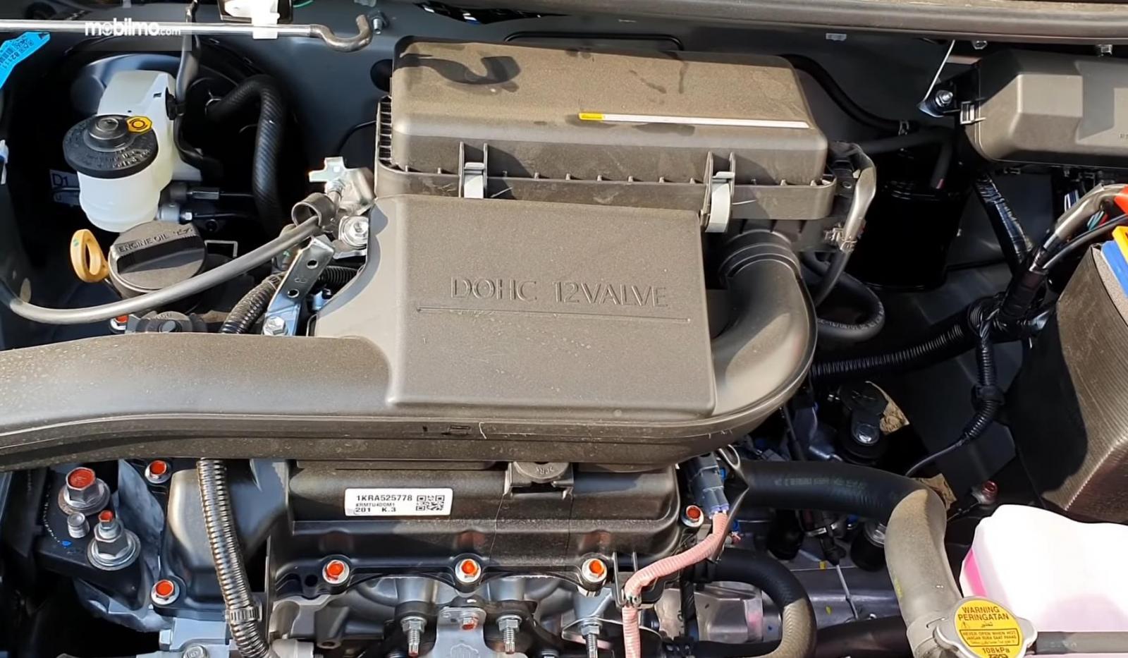 Gambar ini  menunjukkan mesin Daihatsu Ayla 1.0 D MT