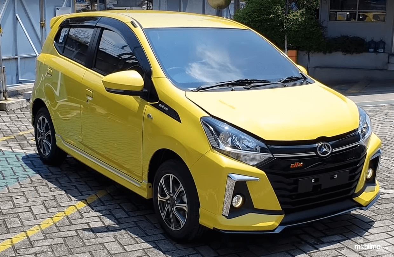 Gambar ini menunjukkan bagian depan dan sisi kanan Mobil Daihatsu Ayla 1.2 R Deluxe AT 2020