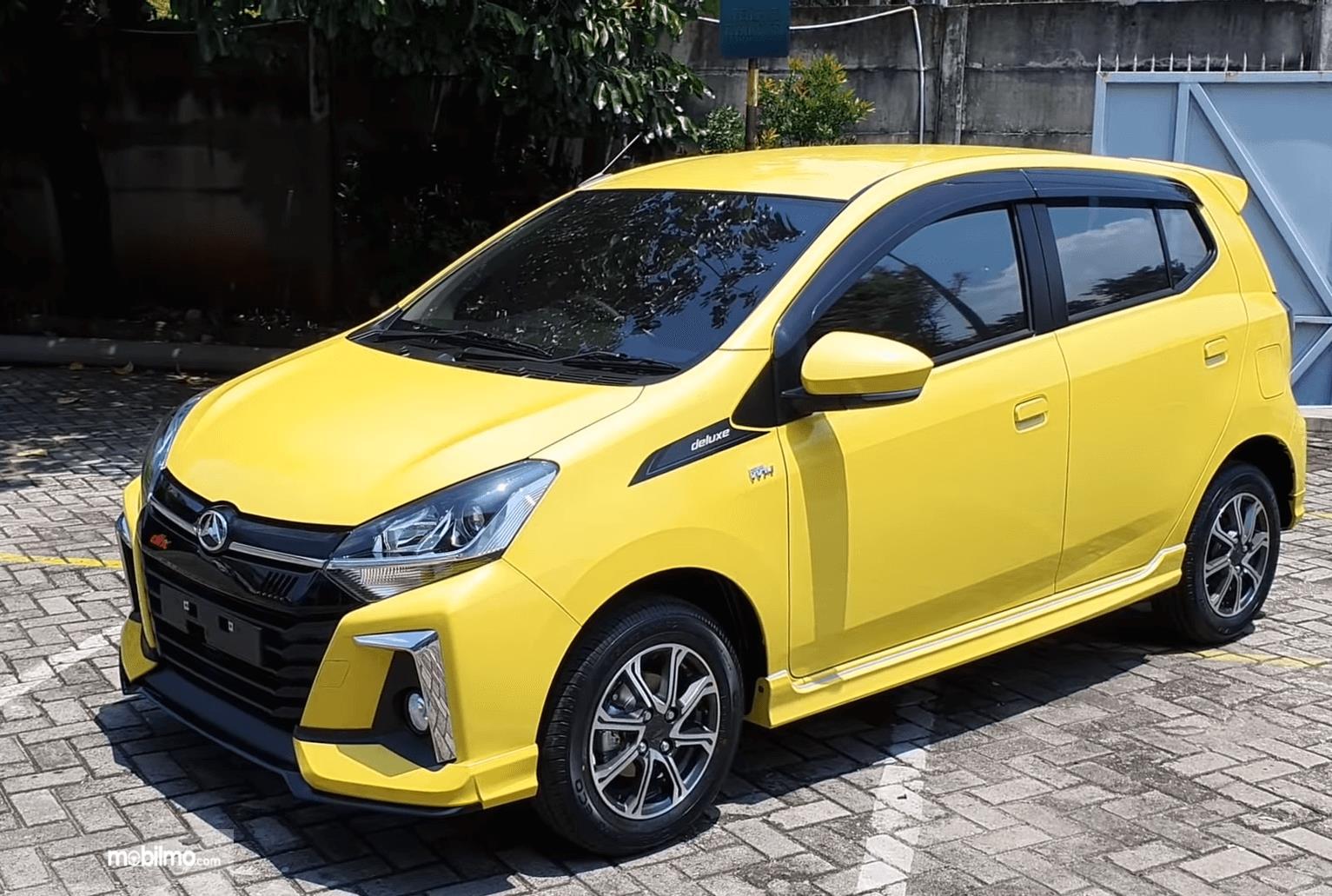 Gambar ini menunjukkan bagian samping kiri dan depan Mobil Daihatsu Ayla 1.2 R Deluxe AT 2020