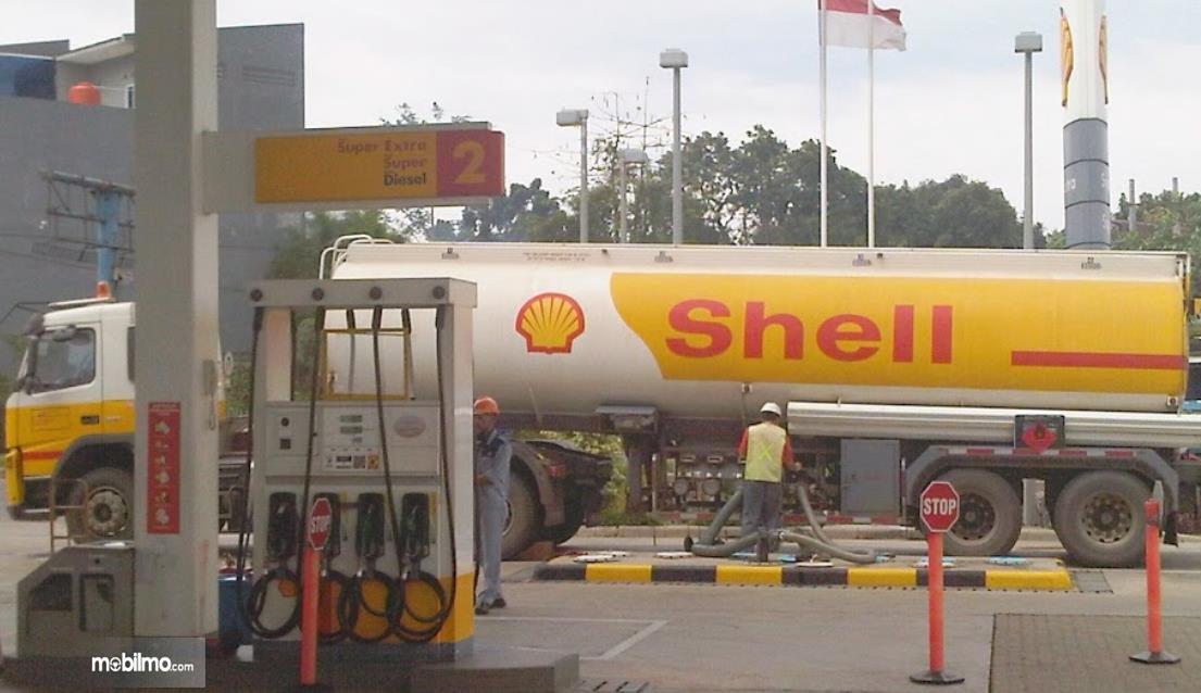 Gambar ini menunjukkan tangki shell isi persediaan bbm di SPBU Shell
