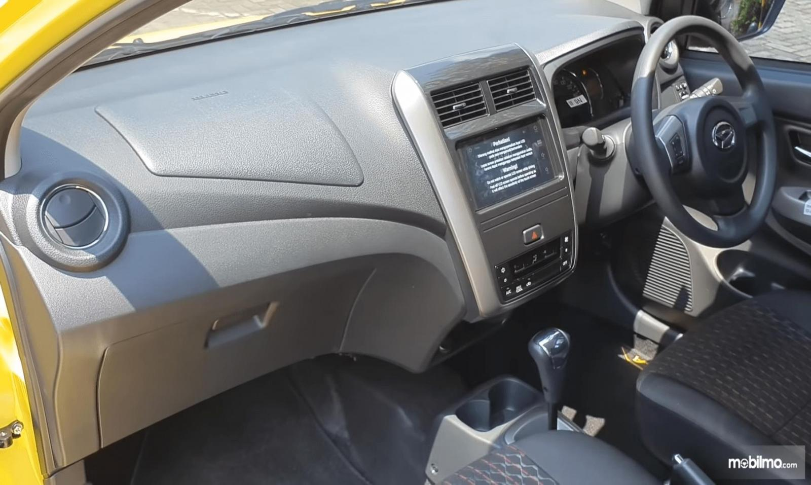 Gambar ini menunjukkan dashboard dan kemudi mobil Mobil Daihatsu Ayla 1.2 R Deluxe AT 2020