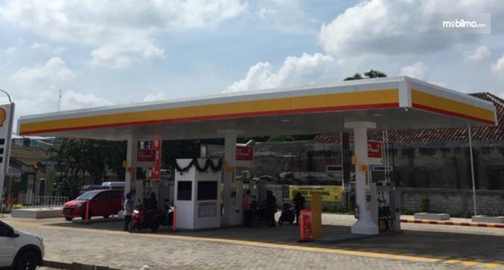 Gambar ini menunjukkan salah satu SPBU Shell di Cirebon