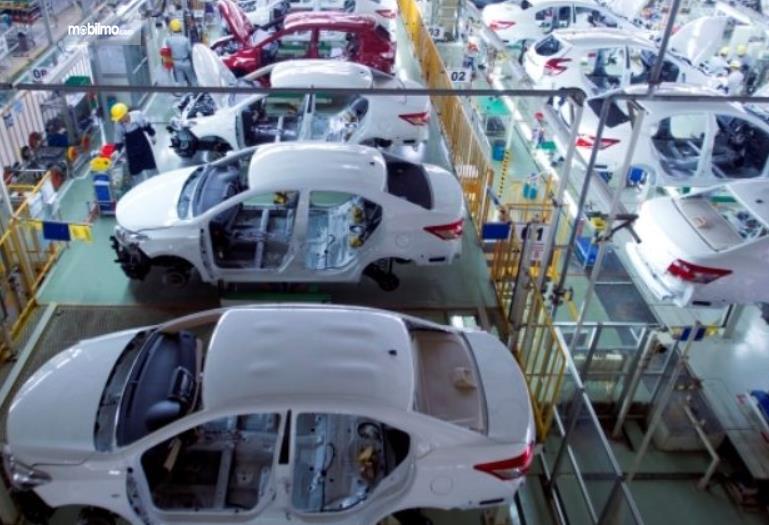Gambar ini menunjukkan pembuatan bodi mobil