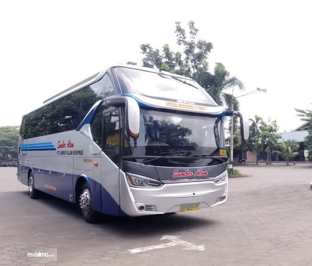 Gambar ini menunjukkan bus sumber alam