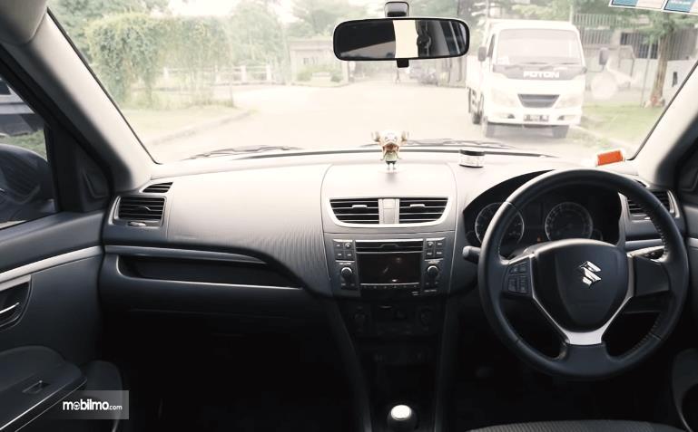 Gambar ini menunjukkan bagian dashboard mobil Suzuki Swift GS 2016