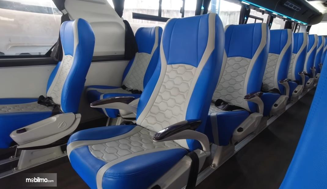 Gambar ini menunjukkan jok dengan susunan 1-1-1 di bus