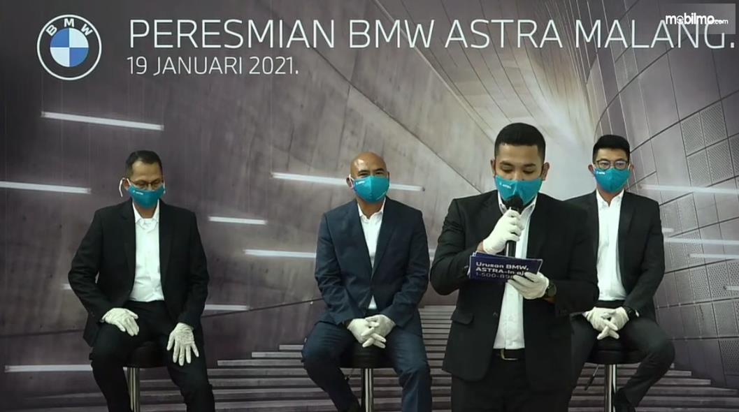 Gambar ini menunjukkan beberapa orang dalam peresmian BMW Astra malang