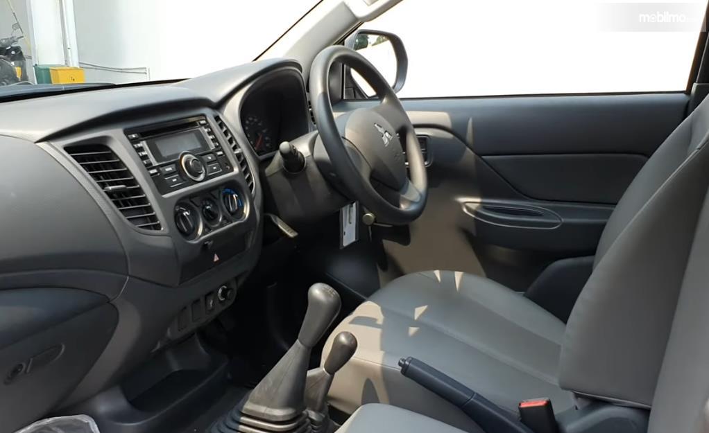 Gambar ini menunjukkan kabin mobil Mitsubishi Triton HDX Single Cabin 2019