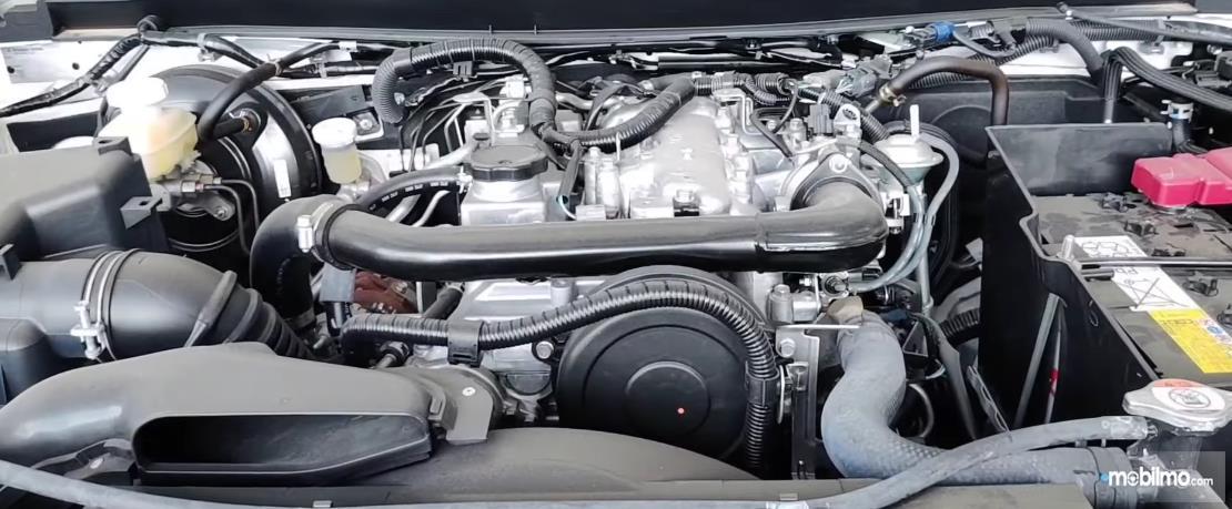 Gambar ini menunjukkan mesin mobil Mitsubishi Triton HDX Single Cabin 2019