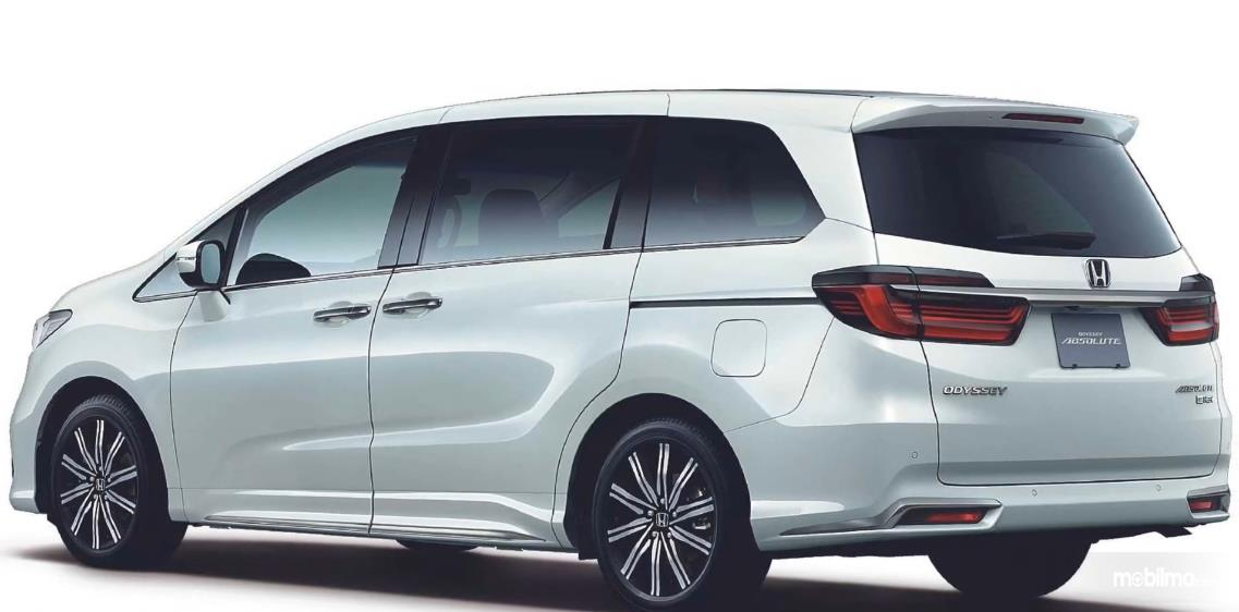 Gambar ini menunjukkan sisi belakang dan samping Honda Odyssey Facelift