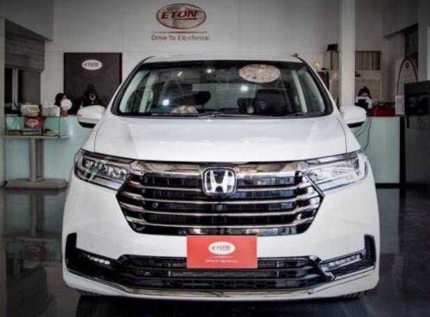 Gambar ini menunjukkan bagian depan mobil  Honda Odyssey Facelift