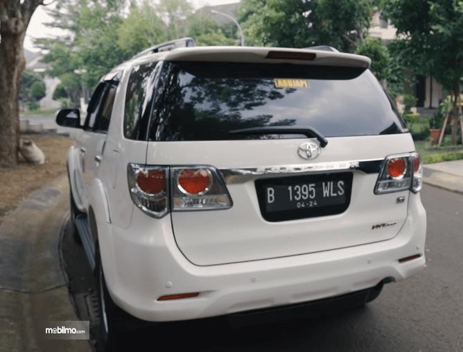 Gambar ini menunjukkan bagian belakang Toyota Fortuner G VNT 2013