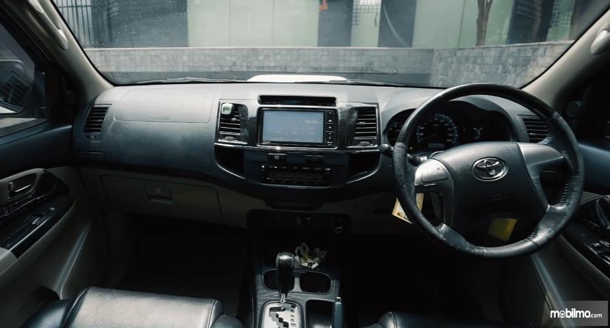 Gambar ini menunjukkan dashboard dan kemudi Toyota Fortuner G VNT 2013