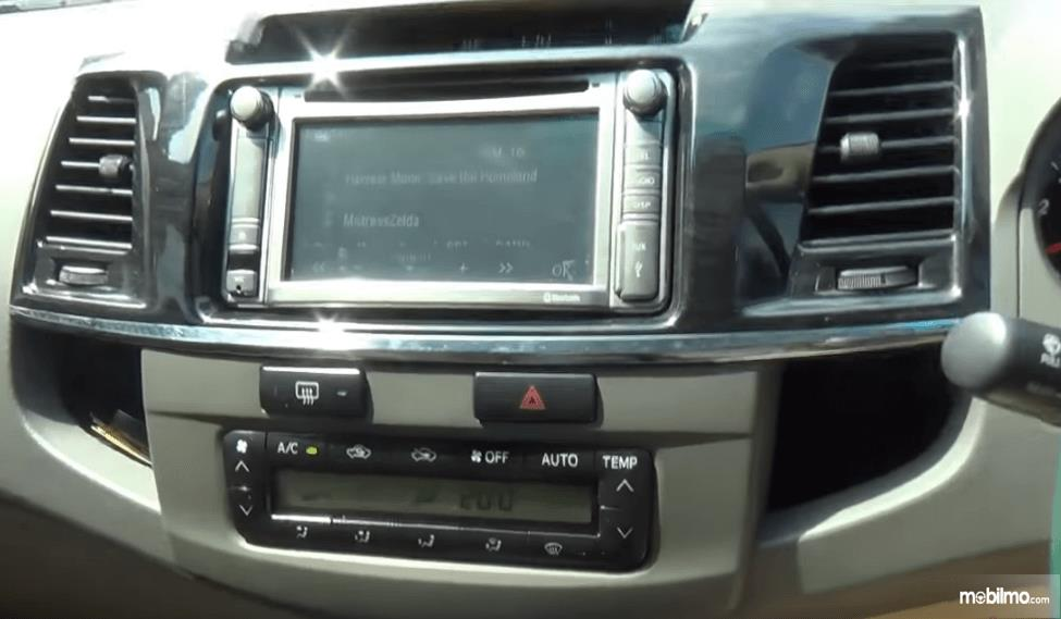 Gambar ini menunjukkan head unit mobil Toyota Fortuner G VNT 2013