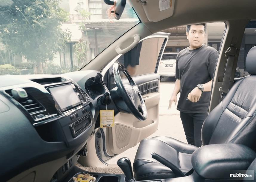 Gambar ini menunjukkan kabin depan Toyota Fortuner G VNT 2013