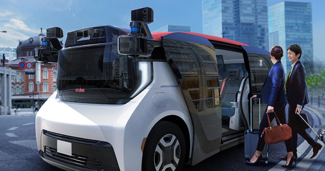 Gambar ini menunjukkan 2 orang masuk mobil otonom