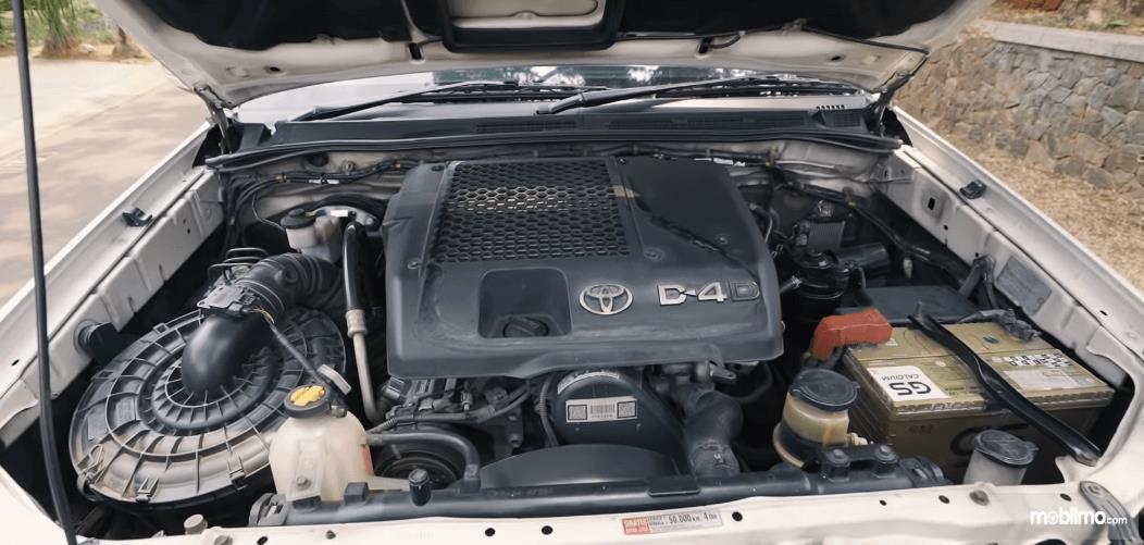 Gambar ini menunjukkan mesin mobil Toyota Fortuner G VNT 2013