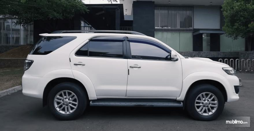 Gambar ini menunjukkan bagian samping Toyota Fortuner G VNT 2013