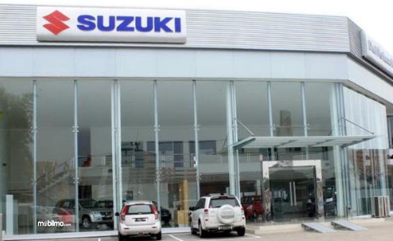 Gambar ini menunjukkan salah satu diler mobil Suzuki