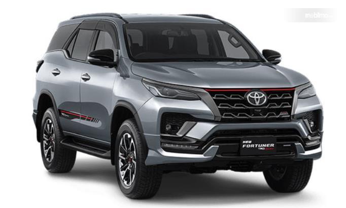 Gambar ini menunjukkan mobil Toyota New Fortuner tampak depan