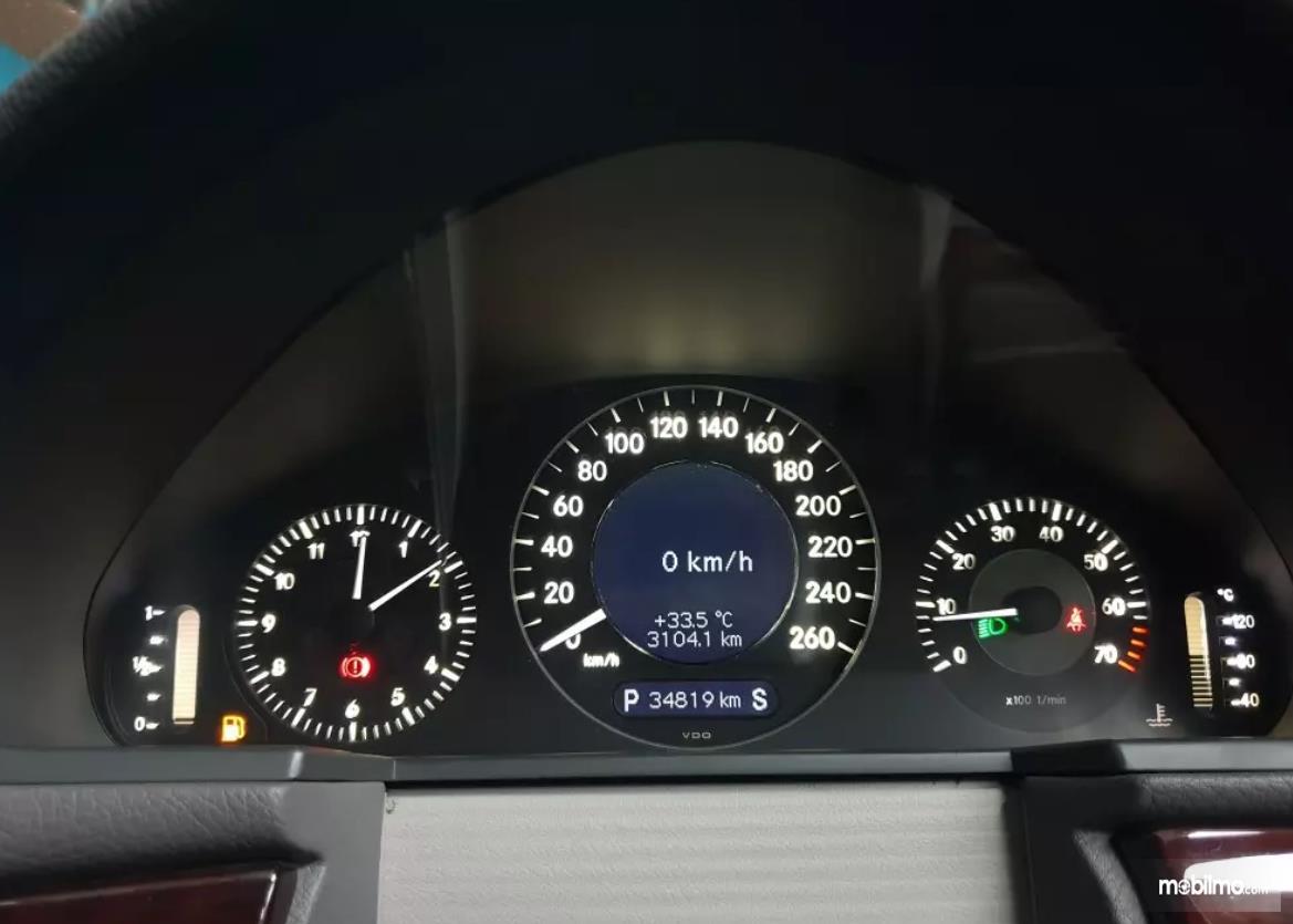 Gambar ini menunjukkan panel instrument pada kendaraan