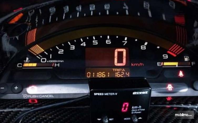 Gambar ini menunjukkan speedometer model digital di mobil