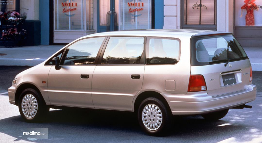 Gambar ini menunjukkan tampilan samping mobil Honda Odyssey 1994