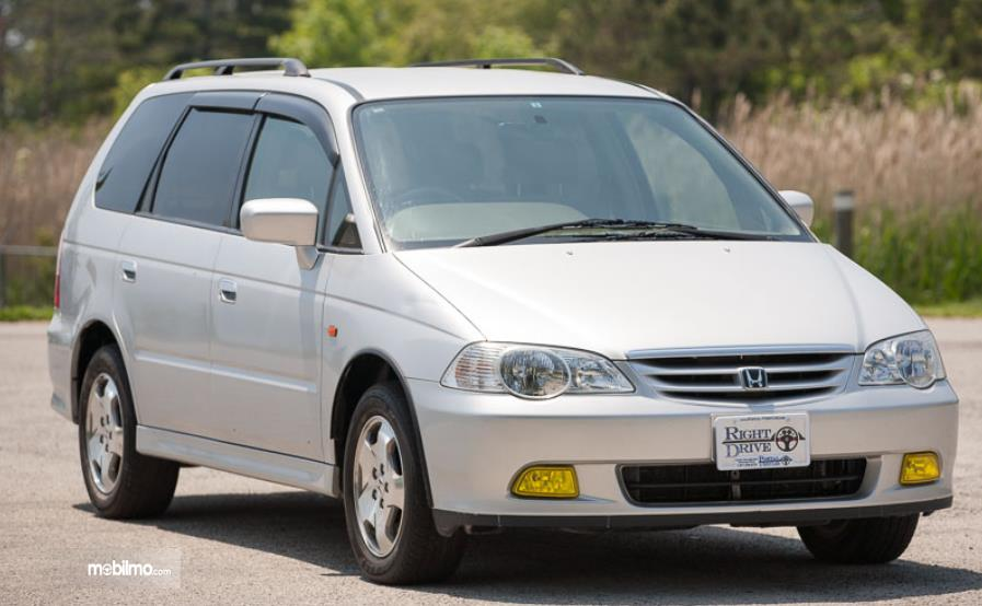 Gambar ini menunjukkan bagian depan mobil Honda Odyssey 1999