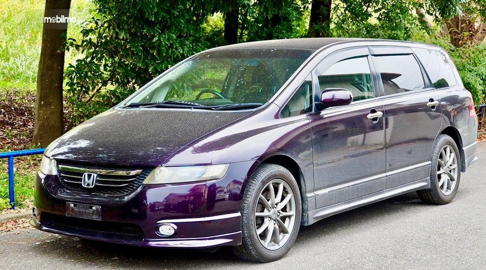 Gambar ini menunjukkan Honda Odyssey 2003 tampak depan dan samping kiri