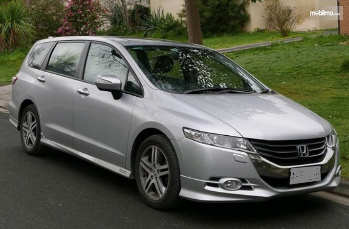 Gambar ini menunjukkan bagian depan dan samping kanan mobil Honda Odyssey 2008
