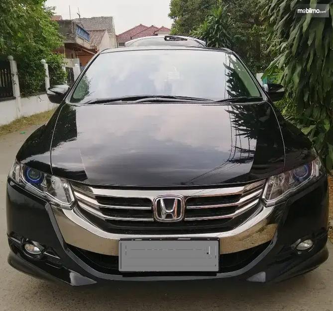 Gambar ini menunjukkan tampilan depan Honda Odyssey tahun 2013