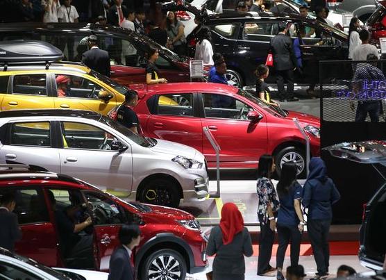 Gambar ini menunjukkan beberapa mobil di pameran
