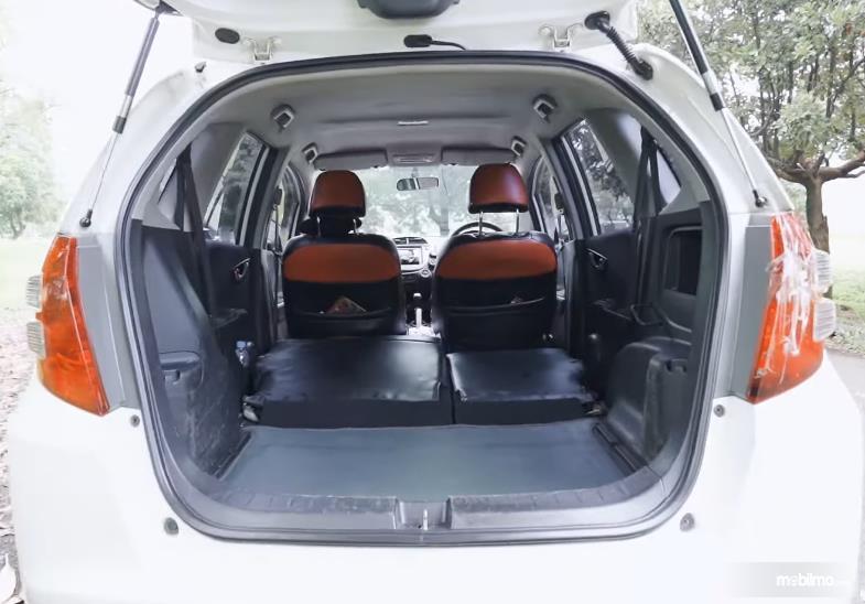 Gambar ini menunjukkan bagasi Honda Jazz S MT 2010