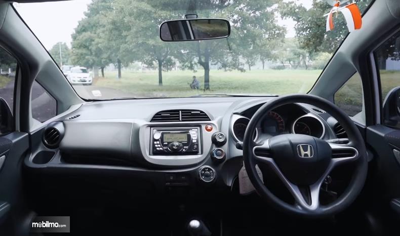 Gambar ini menunjukkan dashboard dan kemudi Honda Jazz S MT 2010