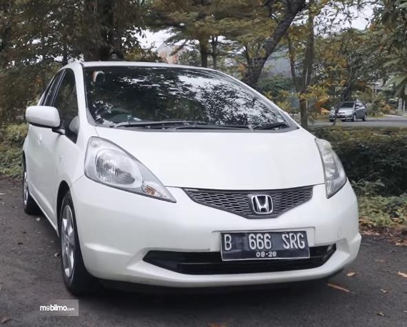Gambar ini menunjukkan bagian depan Honda Jazz S MT 2010