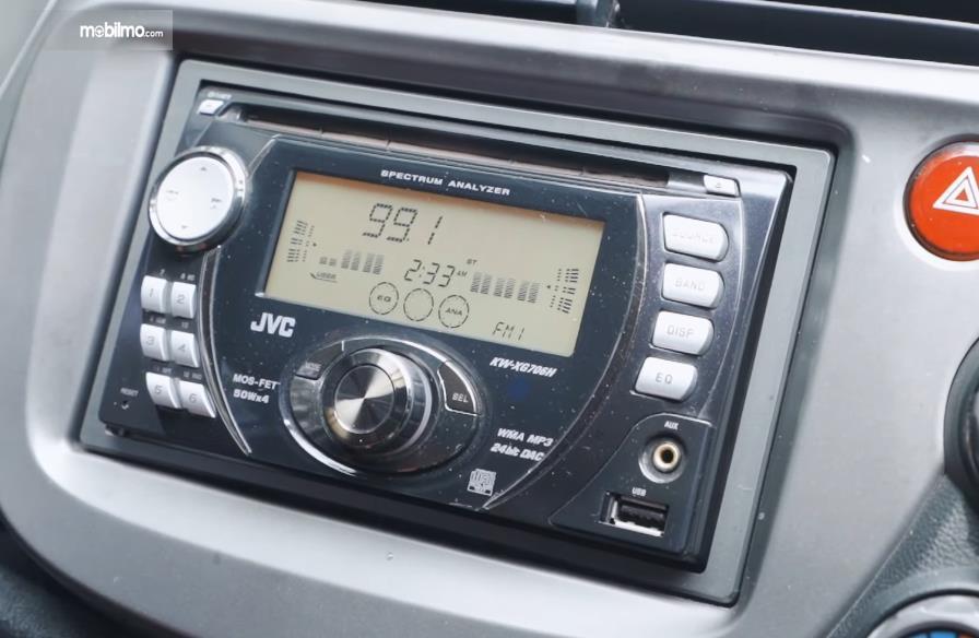 Gambar ini menunjukkan head unit mobil Honda Jazz S MT 2010