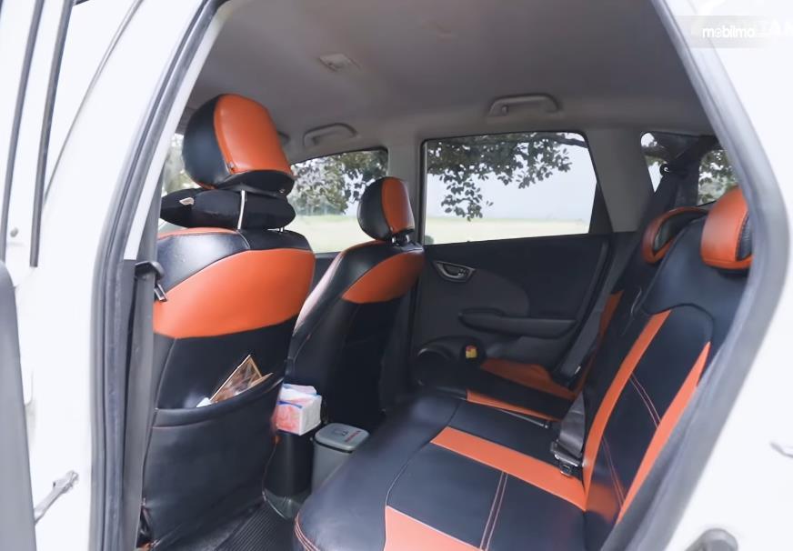 Gambar ini menunjukkan jok mobil Honda Jazz S MT 2010