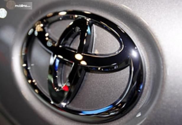 Gambar ini menunjukkan logo Toyota dengan warna krom