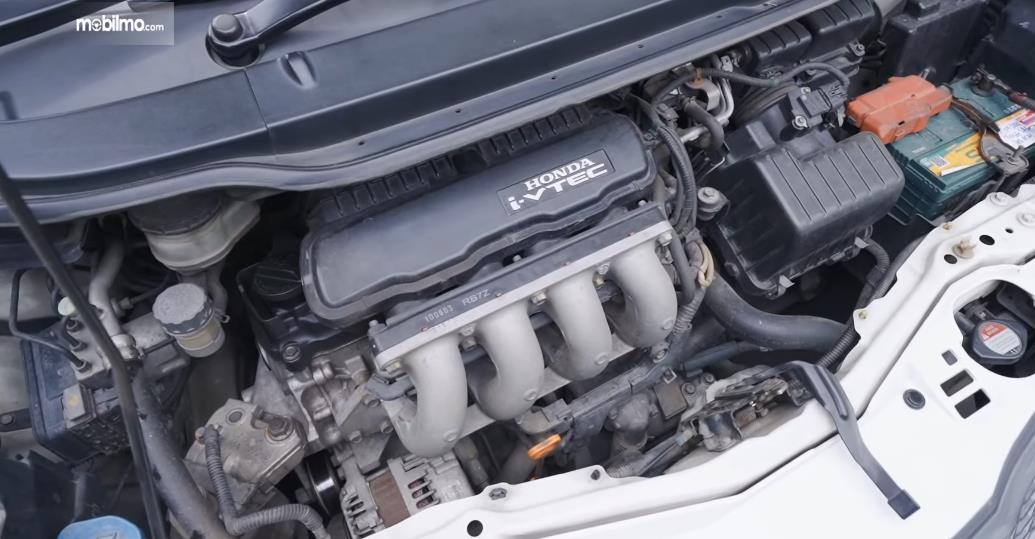 Gamnbar ini menunjukkan mesin mobil Honda Jazz S MT 2010