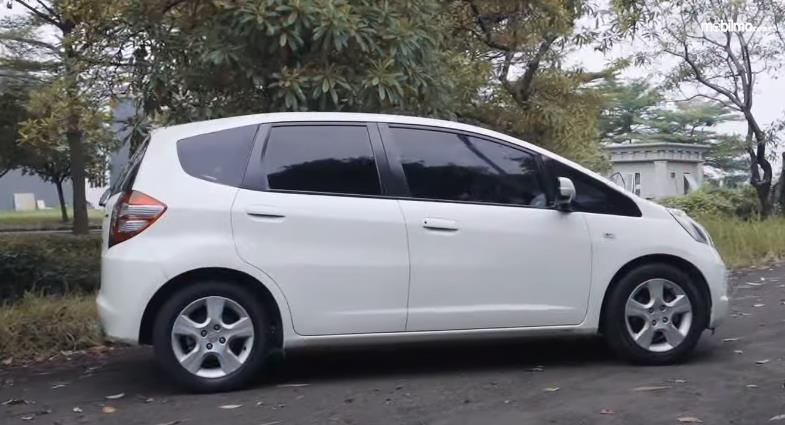 Gambar ini menunjukkan bagian samping Honda Jazz S MT 2010
