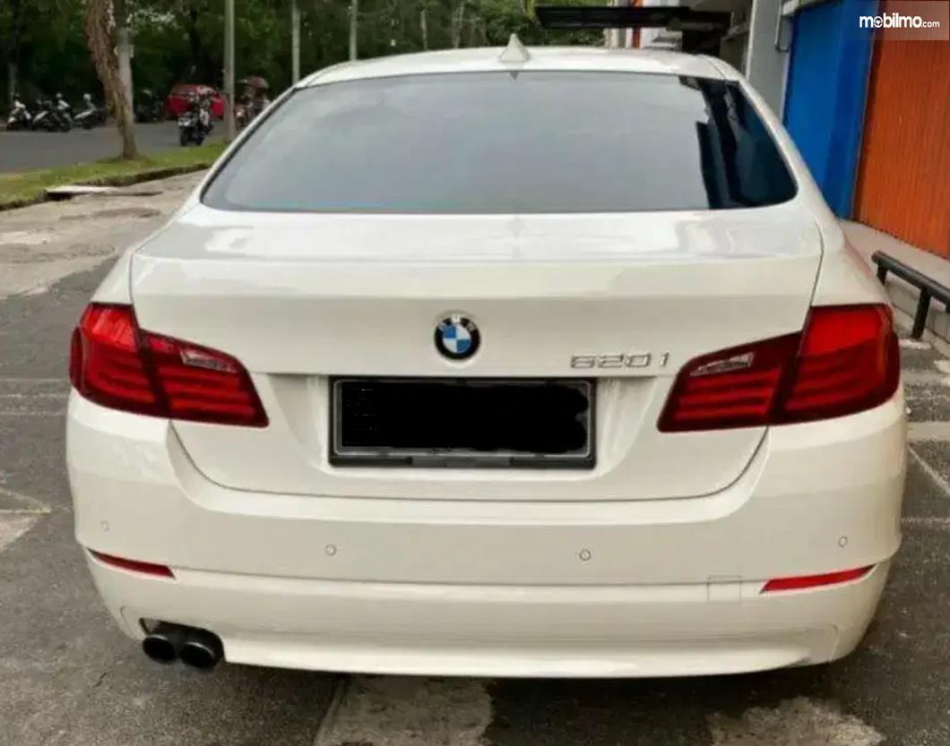 gambar  ini menunjukkan sisi belakang Mobil BMW 520i 2011