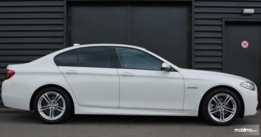 Gambar ini menunjukkan bagian samping Mobil BMW 520i 2011