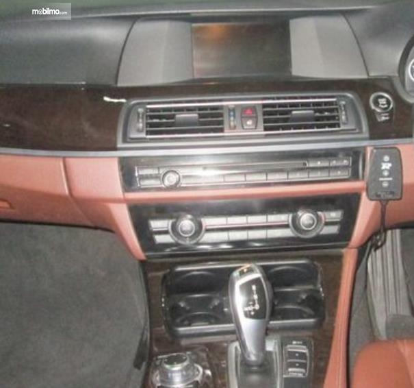 Gambar ini menunjukkan head unit mobil Mobil BMW 520i 2011