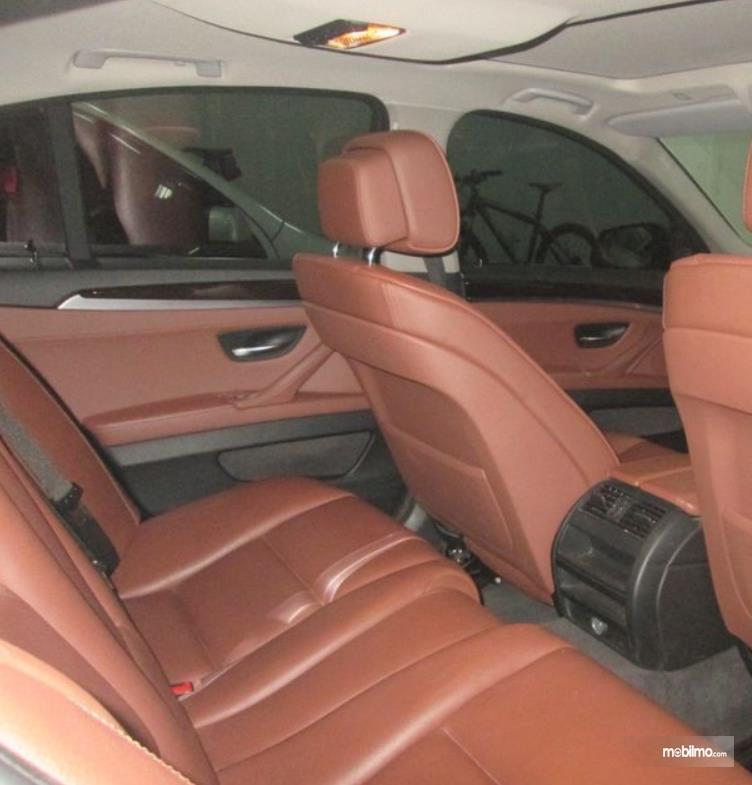 gambar ini menunjukkan jok mobil Mobil BMW 520i 2011