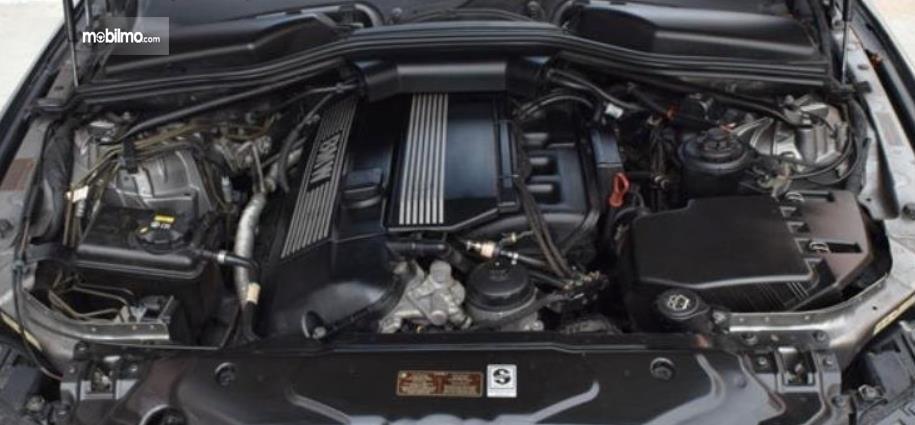 Gambar ini menunjukkan mesin mobil Mobil BMW 520i 2011