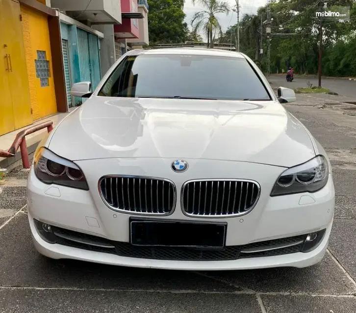 Gambar ini menunjukkan bagian depan Mobil BMW 520i 2011