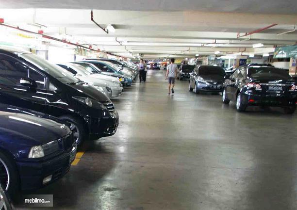 Gambar ini menunjukkan beberapa mobil diparkir berjejer