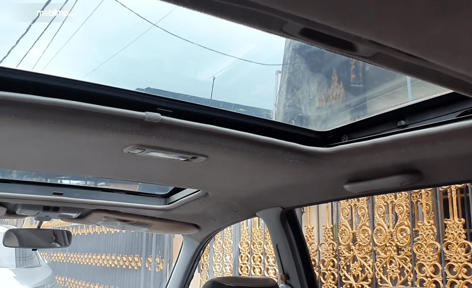 Gambar ini menunjukkan double sunroof pada mobil Toyota Ipsum 1999
